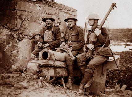Coldstream Guardsmen with a captured German gun, 1917 (c)