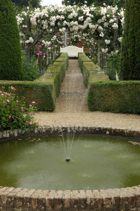 The round pond and fountain in the rose garden at for Small round pond