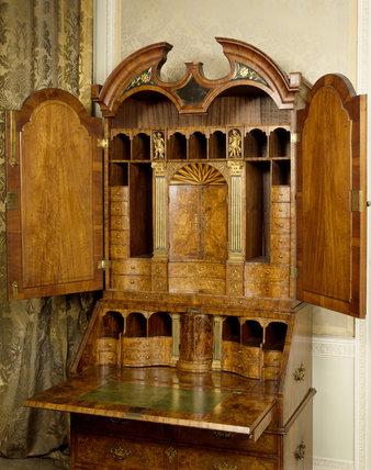 Bureau-cabinet, veneered in burr-walnut, dating from c. 1715