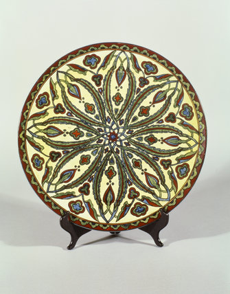 Large Doulton Charger in Iznik style, from Standen, stylized floral pattern ceramic in blue, green, red and pale yellow glaze