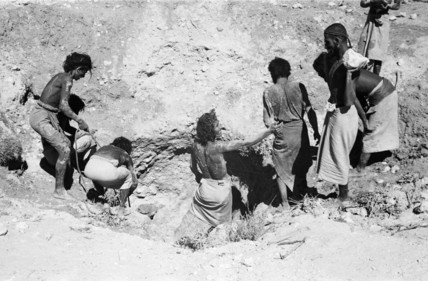 Rashid men digging a well