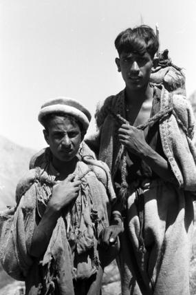Gujar men carrying bags