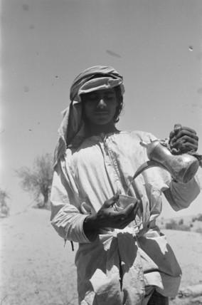 Salim bin Ghabaisha pouring coffee