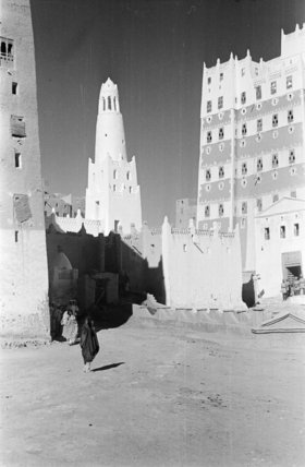 Street at Shibam with high ...