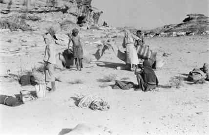 Qahtan men loading up their ...
