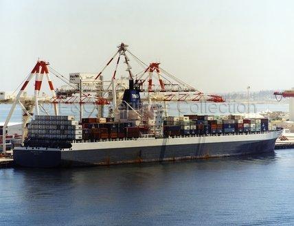 PEGASUS BAY loading in port