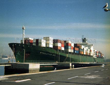 RESOLUTION BAY loading in port