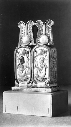 Perfume box in the form of a double-cartouche