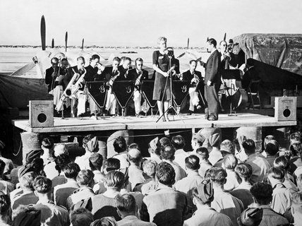 Geraldo and his orchestra, fronted by the singer Dorothy Carless, entertain airmen at an airfield in North Africa, 1943.