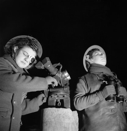 ATS spotters at a 3.7-inch anti-aircraft gun site at Dunfermline in Scotland, 6 January 1943.