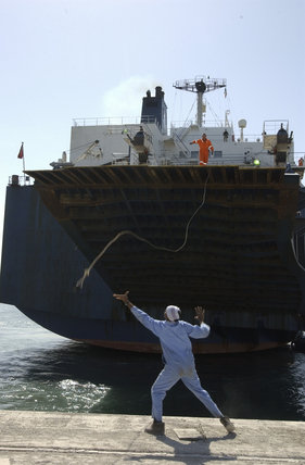 A mooring line is thrown from the ship carrying British Challenger 2 tanks from Germany into the Port of Kuwait, 23 February 2003.