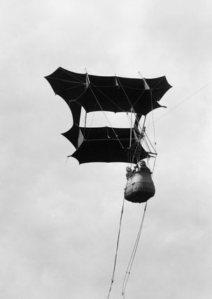 A pre-First World War demonstration of a two man kite designed by Samuel Franklin Cody for use by the British Army's Royal Engineers Balloon Section.