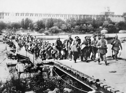 Russian prisoners being removed by the Germans  from the Nowogeorgievsk fortress, 1915.