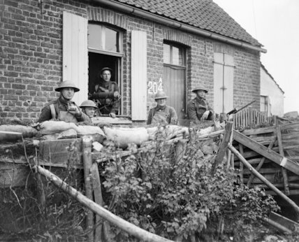 An outpost of the Machine Gun Corps in a cottage near Haverskerque, 1 May 1918.