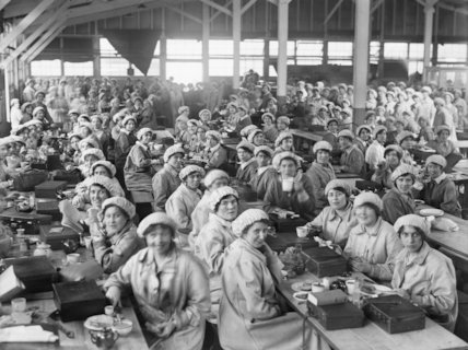 Women workers having a meal in the canteen, Woolwich Arsenal, May 1918.