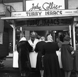 Customers at Tubby Isaacs' jellied eel stall, Aldgate. c.1955