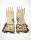 Pair of gauntlet gloves in soft white kidskin: 17th century