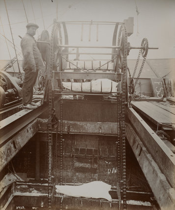 Disharging meat from ship by mechanical conveyor. c. 1920