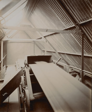 Endless belt conveyor at Millwall Dock; c.1920