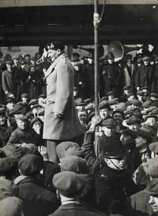 General Montgomery speaking to dockers: 1944