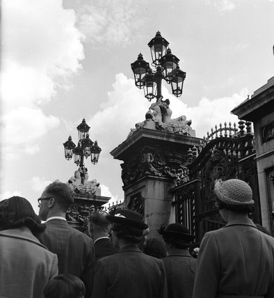 Crowds outside the gates of Buckingham Palace; c 1951