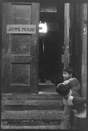 Children at the door of the mosque: 1976