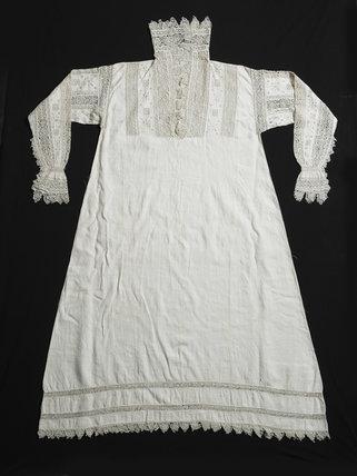 A woman's white linen smock; 1603-1610