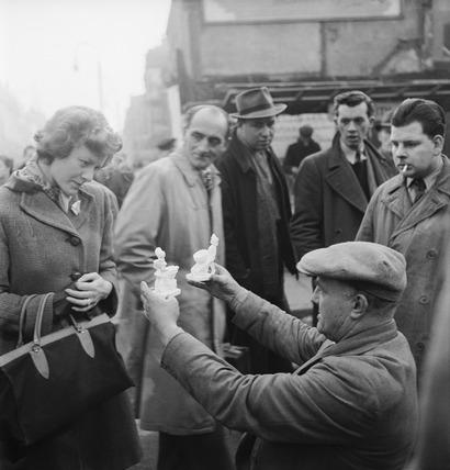 London street seller: 1952