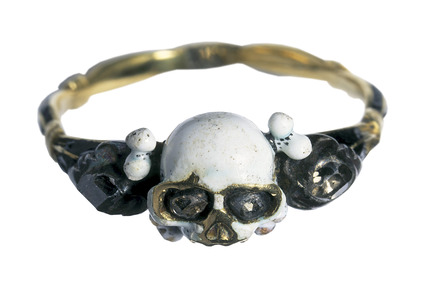 Gold finger ring with a skull bezel: 17th century
