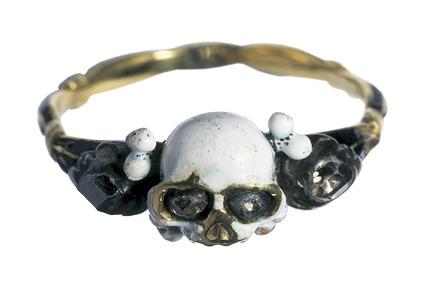 Gold finger ring with a skull bezel: 17th century