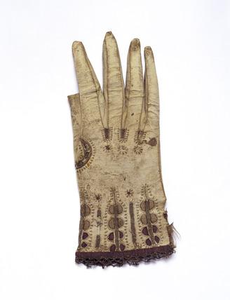 Gauntlet glove of soft brown kid or lamb skin: 17th century
