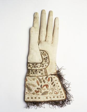 Gauntlet glove in soft white kidskin: 17th century