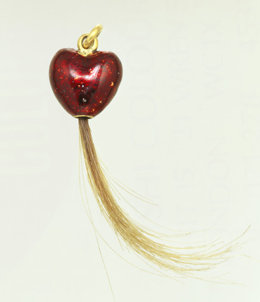 Heart shaped gold pendant: 17th century