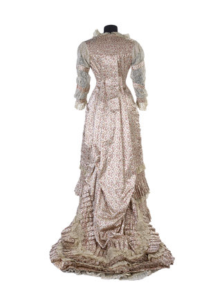 A teagown with a 'Watteau' back, back view: 19th century