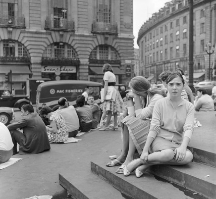 Girls on the steps of Eros, Piccadilly: 1960