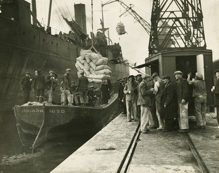 Mobile Canteen at the barges: 1941