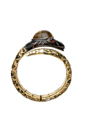 Gold finger ring, in the form of a snake head