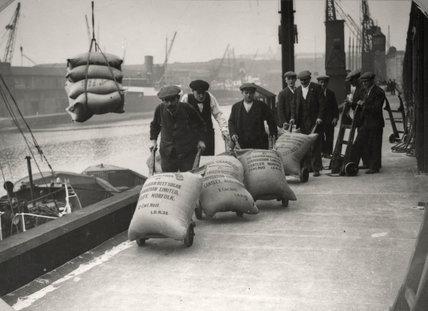Dockers at West Dock, London Dock: 1920