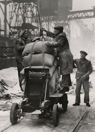Dockers loading flour: 1945