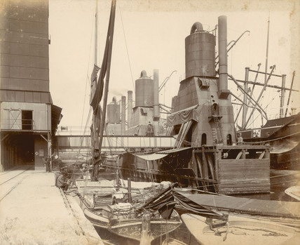 Unloading a ship at the central granary: 1913