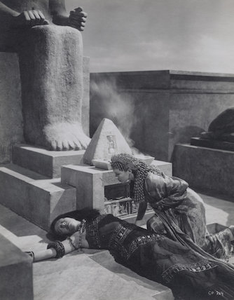 Flora Robson as Ftatateeta and Vivien Leigh as Cleopatra in 'Caesar and Cleopatra'