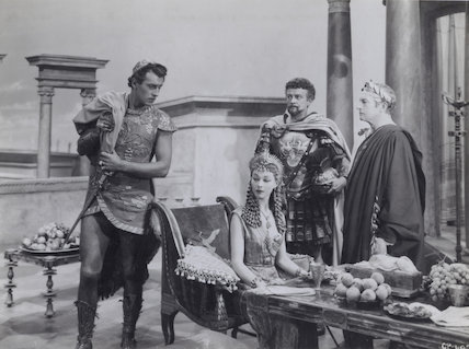 Stewart Granger; Vivien Leigh; Basil Sydney and Claude Rains in 'Caesar and Cleopatra'