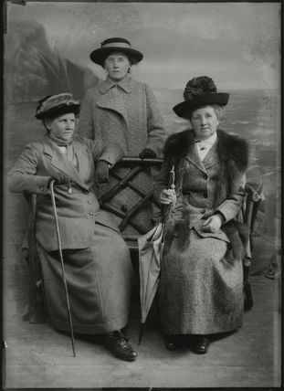 Mrs Albert Broom (Christina Livingston); Winifred Margaret Broom; Margaret Livingston