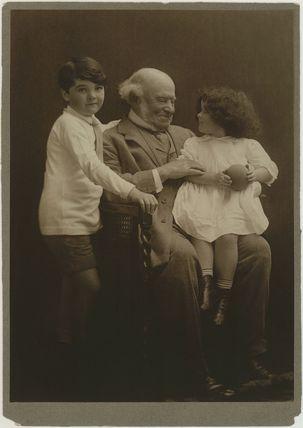 Hardinge Stanley Giffard, 1st Earl of Halsbury and his grandchildren