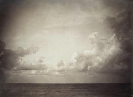 Vue de mer, ciel nuageux