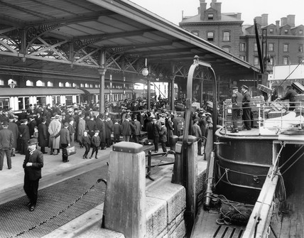Pasengers disembark from the s 'Cedric', 1909.