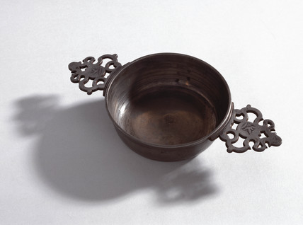 Pewter bleeding bowl, 18th or 19th century.