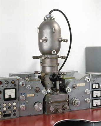 Scanning electron probe microanalyser, 1960.