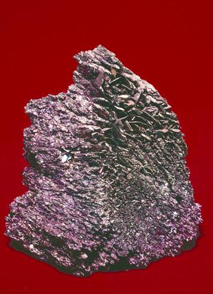 Unworked mas of silicon carbide (carborundum) crystals.