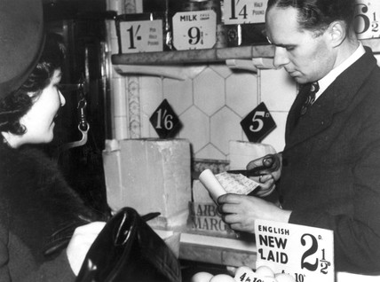 Shopping with coupons, 8 January 1940. 'Det